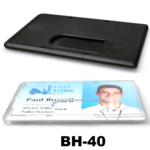 Harde kunststof kaarthouder ter bescherming van betaalkaart, identiteitskaart of rijbewijs voorzien van een duimgat. Houder hee
